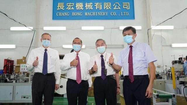美國衛生部長阿札爾(左2)、行政院副院長沈榮津(右2)。(圖:外交部提供)