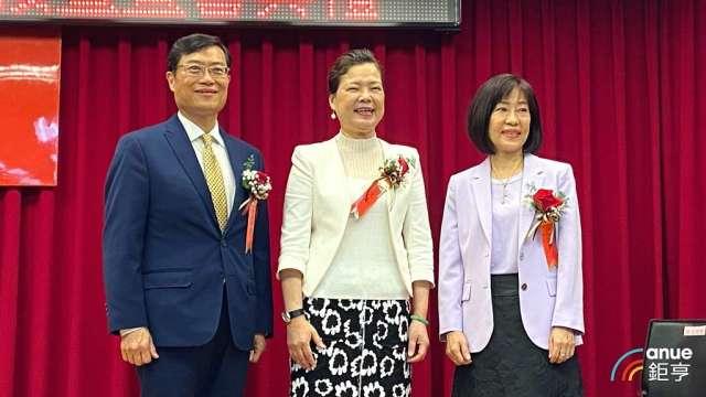 經濟部長王美花(中)、次長陳正祺(左)、新任國貿局長江文若(右)。(鉅亨網記者劉韋廷攝)