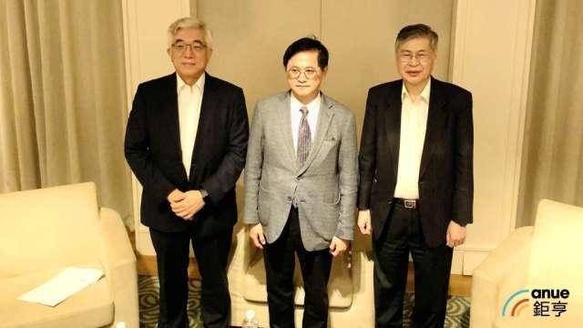 由左至右為鎧勝-KY董事長程建中、和碩董事長童子賢、和碩總經理廖賜政。(鉅亨網記者魏志豪攝)