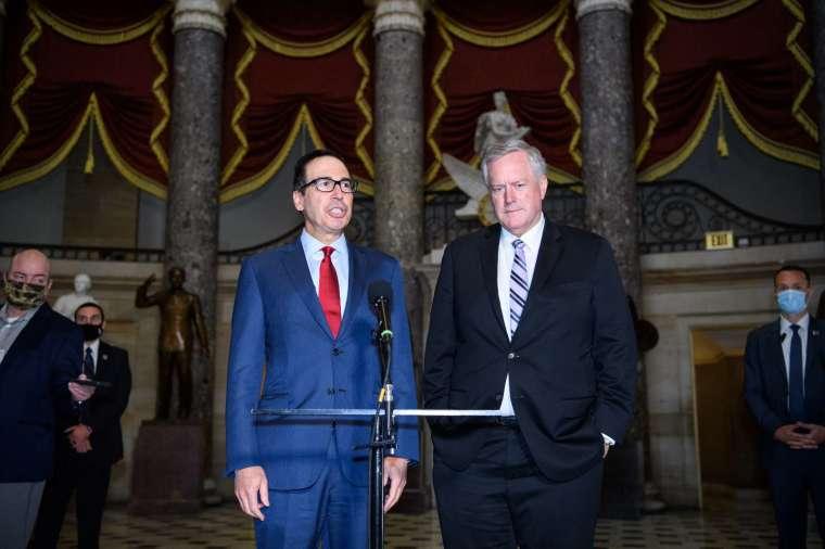 新一輪紓困方案協商,白宮和民主黨談判代表有白宮幕僚長梅多斯 (右)、美國財政部長梅努欽 (左),以及參議院少數黨領袖舒默,美國眾議院議長佩洛西。(圖片:AFP)