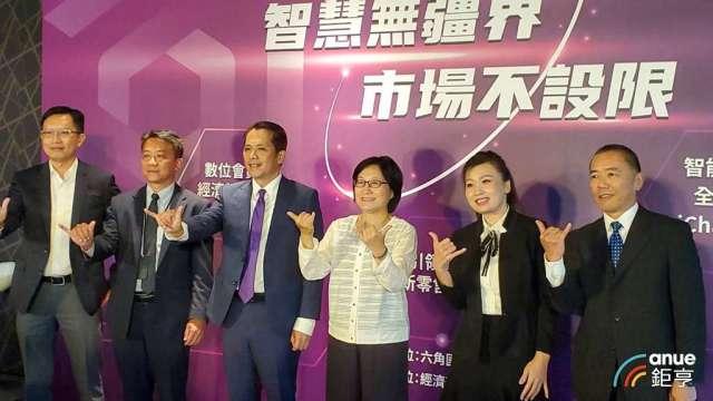 六角宣布集團轉型三部曲啟動,左3為六角董事長王耀輝。(鉅亨網記者王莞甯攝)