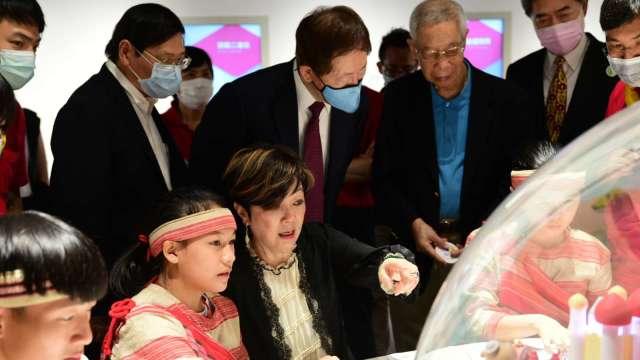台積電董事長劉德音(中)18日出席「半導體的世界」展館捐贈儀式。(圖:台積電提供)