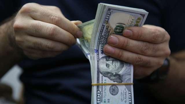 美元加速走貶?政治紛亂外還有這幾點因素(圖片:AFP)