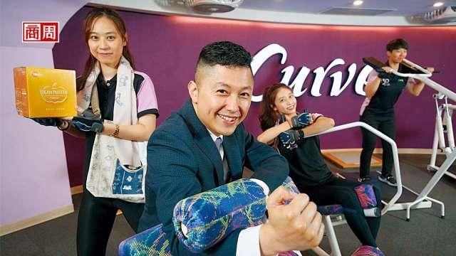 可爾姿台灣執行長林宏遠(前)除了衝高會員運動數,也嘗試多元化經營,身後教練手拿的自家健康食品目前營收占比已逾2成。 (攝影者駱裕隆/商周提供)
