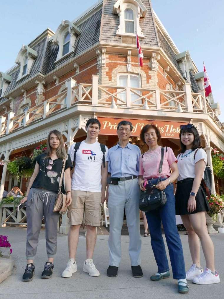 2018年夏天,余淑美全家至加拿大與美國邊境的小鎮 Niagara-on-the-Lake 旅行,照片中為先生趙裕展 (中)、兒子 (左二)、女兒(左一)、媳婦(右一)。 圖片來源│余淑美
