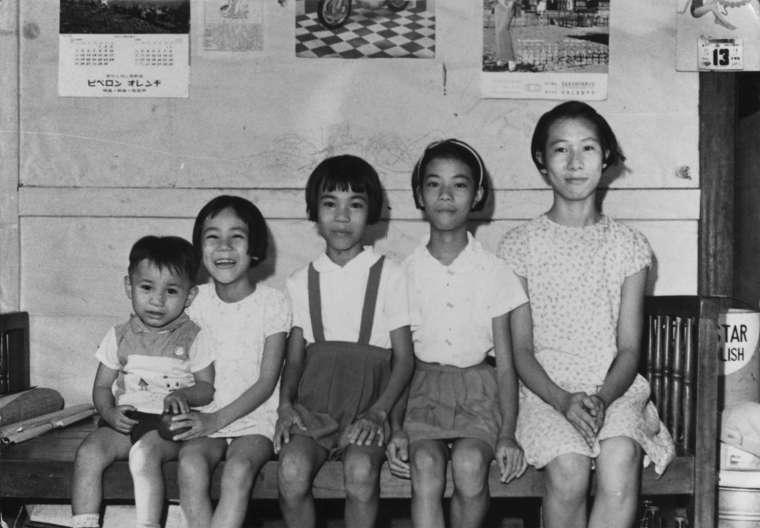 余淑美(右一)小學六年級與弟妹合照。她是家中的長女,打七歲起就要幫忙母親照顧弟妹,包辦所有家事。 圖片來源│余淑美