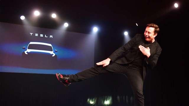 多頭瘋狂!特斯拉攀抵2000美元大關 馬斯克身價暴漲狠甩股神。(圖片:AFP)