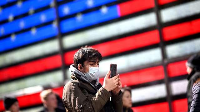 疫情重創!調研機構:消費者信心難以出現V型復甦(圖片:AFP)