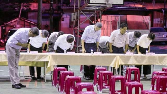 台泥董事長張安平(左一)率總經理李鐘培等一票高階主管,向澳花村民鞠躬致歉。(圖:台泥提供)
