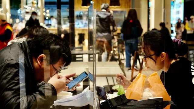 報復性消費+三倍券加持 7月零售業營業額終止連5黑。(圖:AFP)