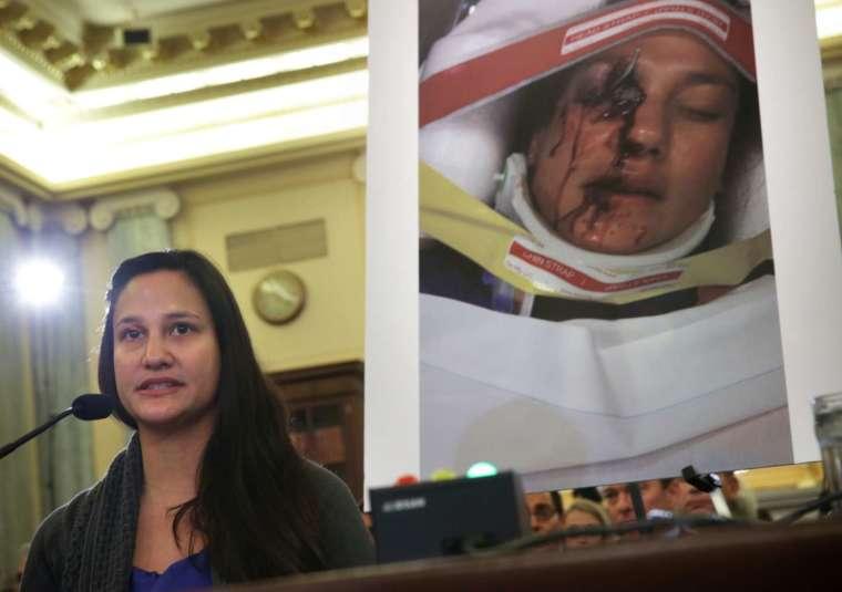 2014 年來自美國佛州的 Stephanie Erdman 在一場聽證會上作證,她於 2013 年在一場事故中,因 Civic 車上的氣囊破裂而導致重傷。(圖片:AFP)