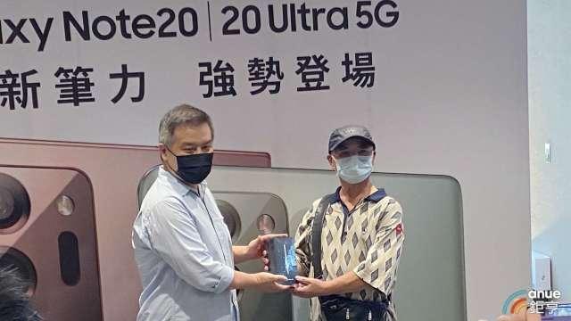 左為台灣三星電子行動與資訊事業部副總陳啟蒙、右為頭香民眾。(鉅亨網記者沈筱禎攝)
