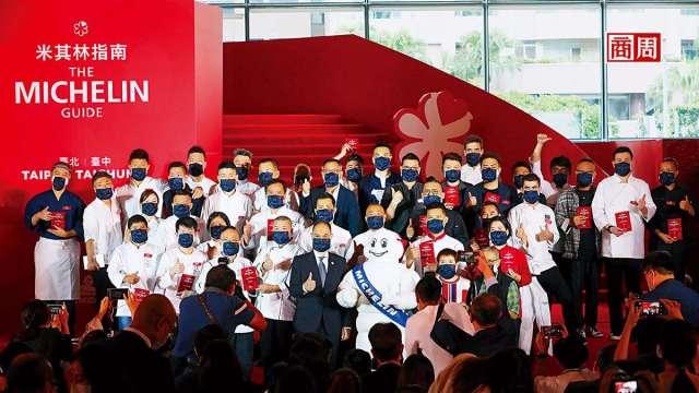 在台灣第3屆米其林頒獎典禮,星級餐廳代表人戴起口罩,現場歡呼聲零零落落,氣氛不如以往熱絡。(圖:商周)