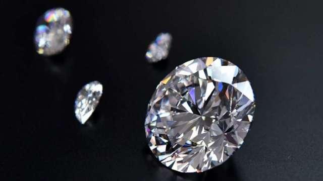 兩大鑽石生產商降價10%策略奏效 激活原鑽銷售5億美元。(圖:AFP)