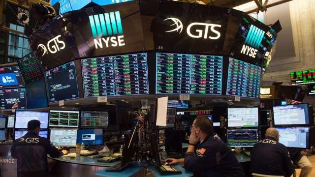 〈美股早盤〉主要指數開盤漲跌互現 股票分割正式開跑 蘋果、特斯拉早盤漲逾2% (圖:AFP)