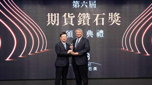 期交所董事長吳自心(左)和元富證券董事長陳俊宏(右)。(圖:元富證提供)