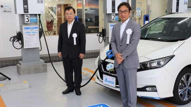 出光興產董事平野敦彥(右)與台達電日本分公司總經理柯進興為橫濱電動車充電站揭幕。(圖:台達電提供)