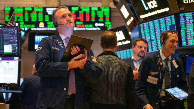 華爾街動盪的一天!蘋果特斯拉絕地反彈 標普那指終結週線連五紅。(圖片:AFP)