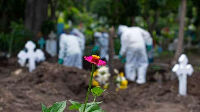 「最壞的時刻還沒到來」美國年底將有逾 41 萬人死於新冠。(圖片:AFP)