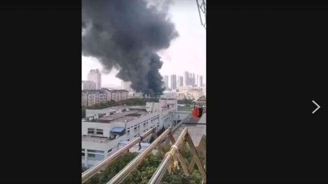 昆山鼎鑫電子一廠7日上午發生火警事故。(圖:讀者提供)