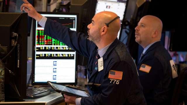逢低別急買!分析師稱:股市尚未觸底、波動持續至大選(圖片:AFP)