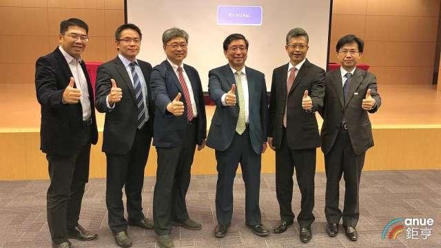 右三為光洋科董事長馬堅勇、右四為光洋科總經理黃啓峰。(鉅亨網記者魏志豪攝)
