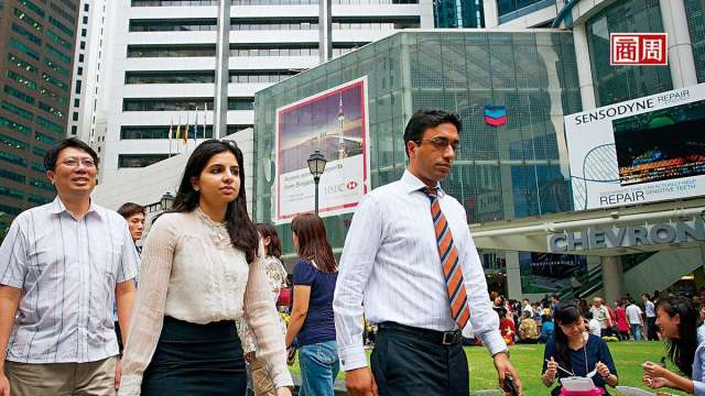 新加坡長期吸引國際人才,2019年外籍工作者占整體勞動力逾37%,但此現象因政策轉彎出現改變。(圖:商業周刊)
