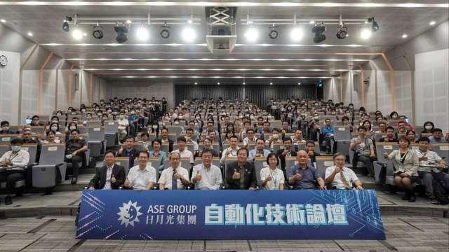 左五為日月光集團高雄廠副總李政傑、左六日月光集團資深處長劉珠玲。