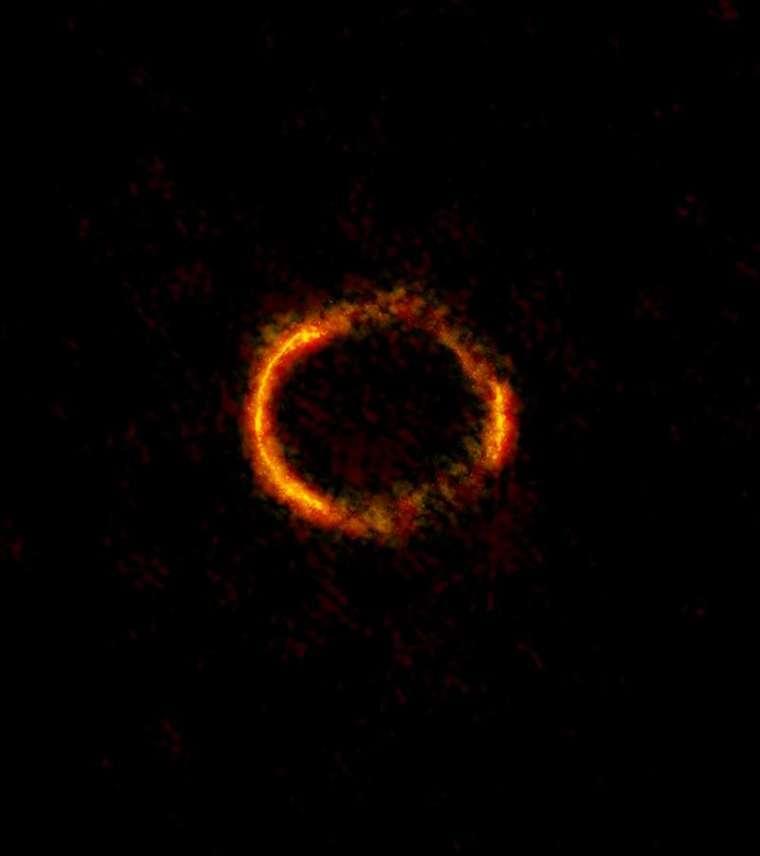 SDP.81 愛因斯坦環。這是地球、40 億光年外之 A 星系、120 億光年外之 B 星系,三個天體同時在一直線上,因為位置剛好加上 A 星系的巨大重力所造成的奇景。 圖片來源│ ALMA (NRAO/ESO/NAOJ); B. Saxton NRAO/AUI/NSF