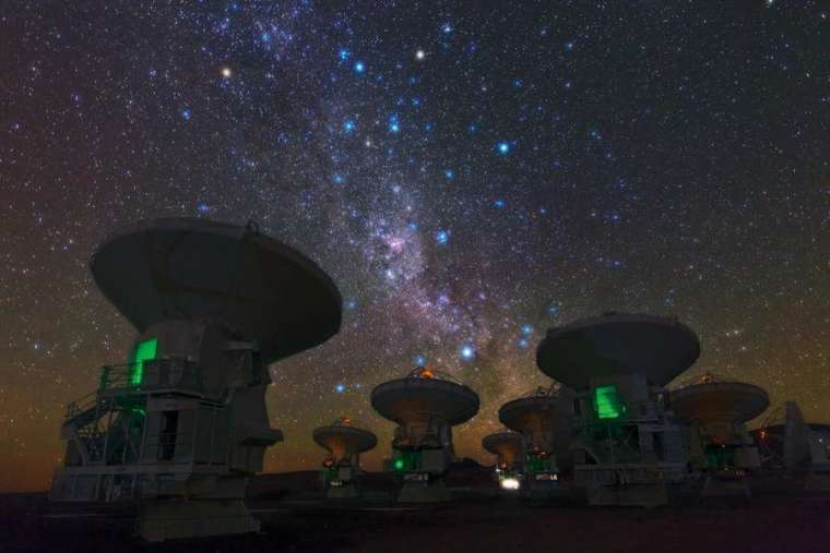 阿塔卡瑪大型毫米波天線陣中的一些無線電望遠鏡,運用了「天文干涉技術」。若要用單一望遠鏡看清楚原行星盤,望遠鏡必須非常巨大,技術上很困難。因此天文學家先建造幾個「比較小」的望遠鏡,彼此相隔遙遠,再將它們的觀測資料一起分析,效果等同一台巨大望遠鏡,這就是「天文干涉技術」 。 圖片來源│維基百科