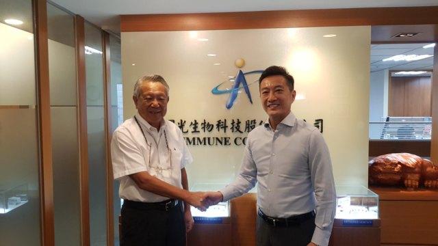 左為國光生董事長詹啟賢,右為喜康生技董事長黃瑞瑨。(圖:國光生提供)