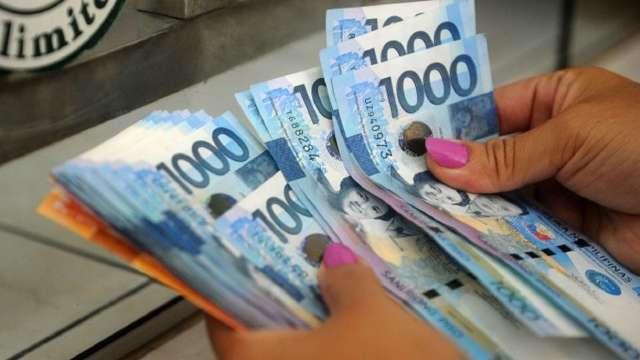 菲律賓30年來首見經濟衰退 反而造就披索成為亞洲最強貨幣。(圖:AFP)