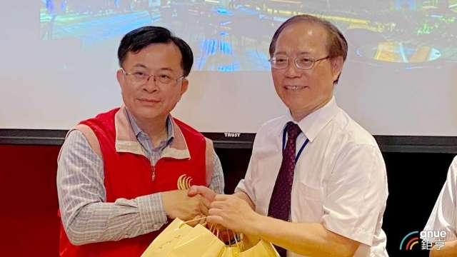 左為NCC主委陳耀祥,右為中華電董事長謝繼茂。(鉅亨網記者沈筱禎攝)