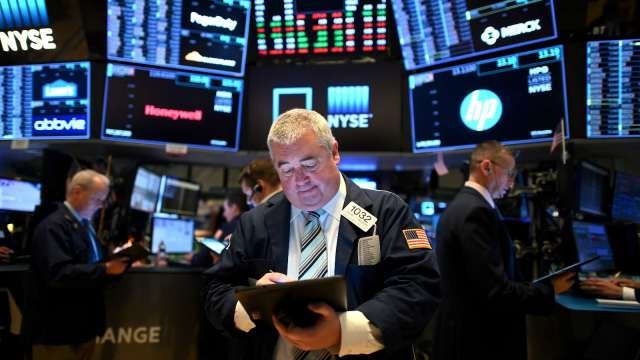 〈美股盤後〉軟銀傳調整期權交易策略 那指收黑創三月以來最糟一週。(圖片:AFP)
