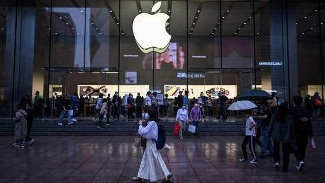 傳產業者近年相繼跨足蘋概供應鏈。(圖:AFP)
