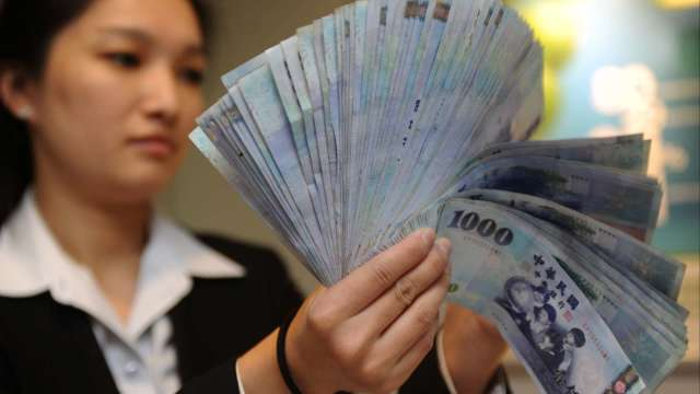 央行擋不住 台幣強升逾1角收29.38元 創近2年半新高。(圖:AFP)