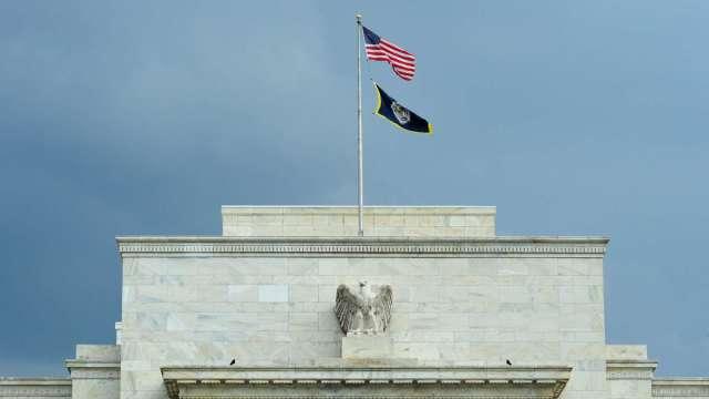 美股跳漲!Fed 暗示 2023 年前維持接近零利率。(圖片:AFP)