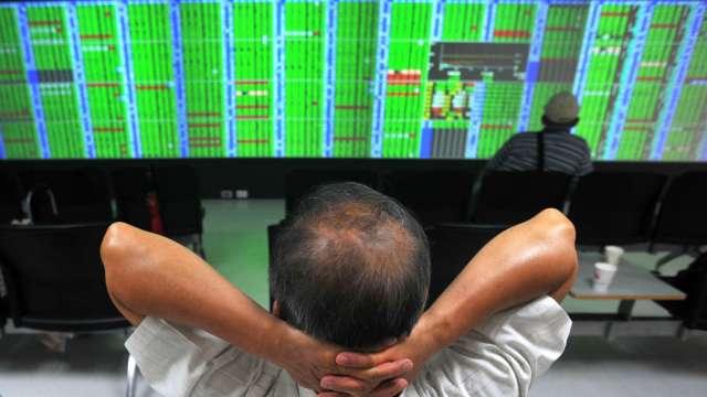 台股終場下跌104點收12872點。(圖:AFP)