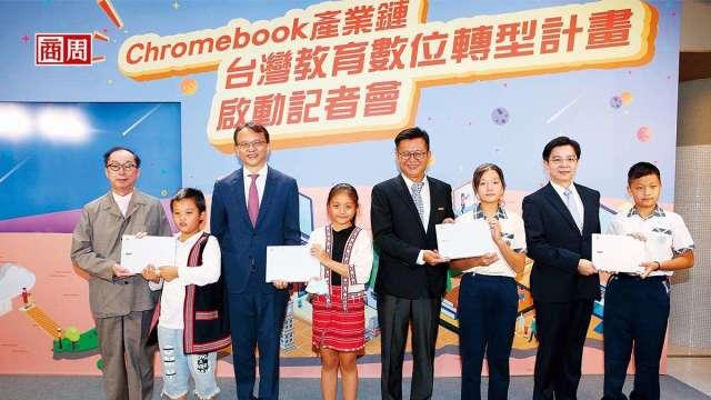 宏碁陳俊聖(左3)透露,目前Chromebook已占所有筆電出貨量3成,且需求延續到明年。該公司今年前8月營收已逆勢年增11%。(圖:商周提供)
