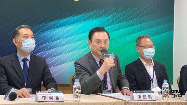 台灣人工智慧晶片聯盟今(21)日舉行會員大會,聯盟會長盧超群(中)。(鉅亨網記者林薏茹攝)