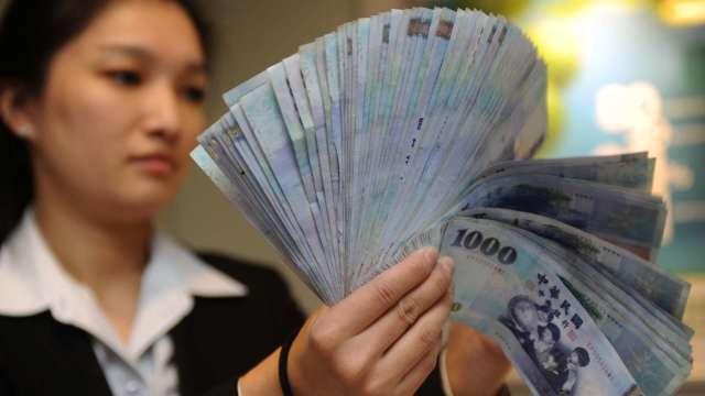 台幣驚見28字頭 終場轉貶0.6分收29.158元。(圖:AFP)