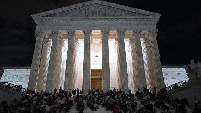 民眾齊聚哀悼大法官金斯伯格逝世。(圖片:AFP)