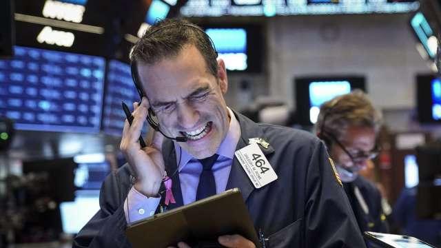 週一美股為何挫跌?大法官繼位之戰促使美大選更莫測。(圖片:AFP)