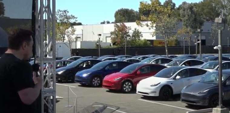 股東 / 投資者入座一排排停放好的特斯拉汽車以叭叭聲代替掌聲 (圖片:特斯拉官網)