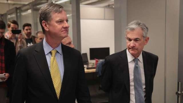 Fed官員Evans(左)的想法一向非常接近Fed領導層,右為Fed主席鮑爾。 (圖:AFP)
