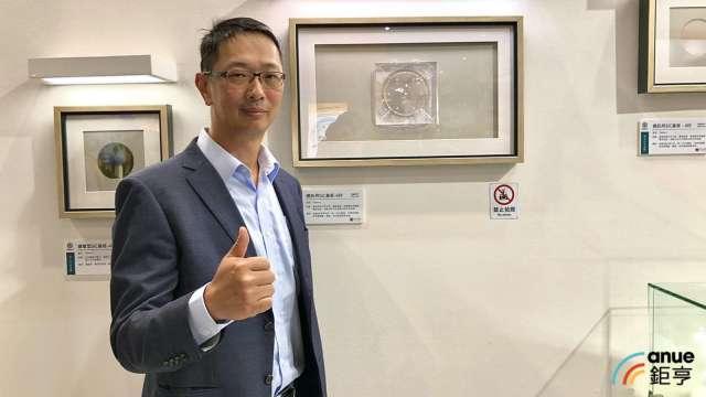 太極執行長謝明凱,背後展出為6吋半絕緣型碳化矽基板。(鉅亨網資料照)