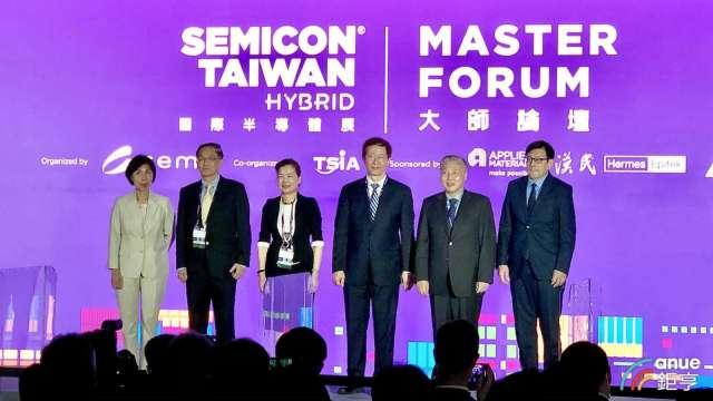 左三為經濟部長王美花。(鉅亨網記者魏志豪攝)
