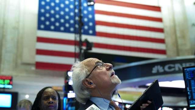 〈美股盤後〉科技股領那指崩3% 道瓊跌逾500點 標普所有板塊血染 (圖片:AFP)