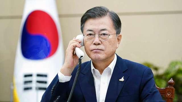 日韓元首電話會談 菅義偉強調惡化的關係不能置之不理 (圖片:AFP)
