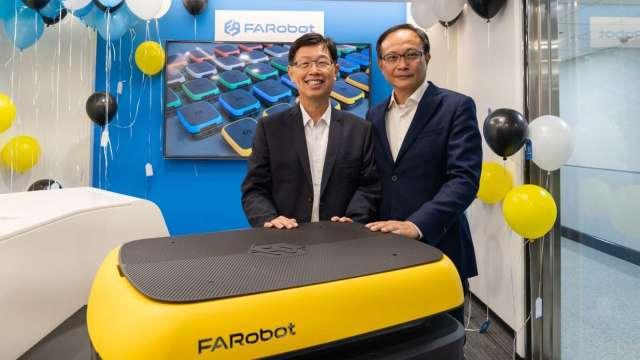 鴻海與凌華合資成立的法博智能移動 (FARobot)正式掛牌成立,圖為鴻海董事長劉揚偉(左),及凌華董事長劉鈞。(圖:鴻海題中